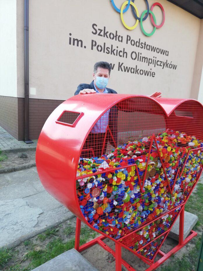 Metalowy kosz na nakrętki w kształcie serca stanął w Kwakowie - islupsk.pl